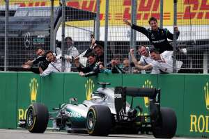 Lewis Hamilton Mercedes W07 Hybrid German GP F1 2016 crosses the finish line victory no 49 Foto Daimler