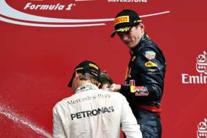 Rosberg Verstappen on podium with champagne British GP F1 2016 Foto Red Bull