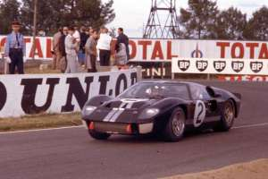 Chris-Amon-Bruce-McLaren-Ford-GT40-7-0-V12-Foto-dailysportscar-com