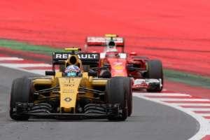 Jolyon Palmer leads Kimi Raikkonen Austrian GP F1 2016 Foto Red Bull