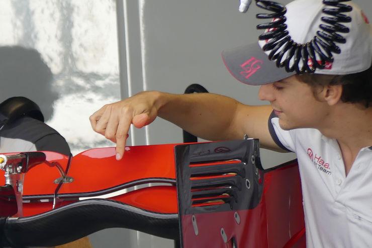 Esteban Gutierrez sa zanimanjem promatra novo stražnje krilo (Foto: Auto Motor und Sport)