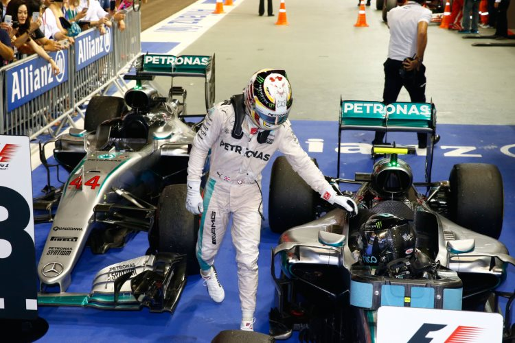 hamilton-rosberg-parc-ferme-after-singapore-gp-f1-2016-foto-daimler