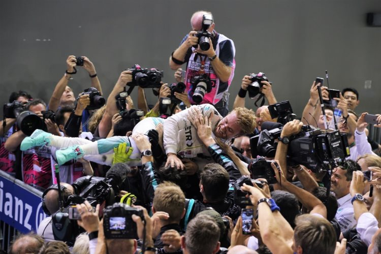 nico-rosberg-mercedes-w07-hybrid-singapore-gp-f1-2016-celebrates-victory-with-his-team-ater-race-foto-daimler