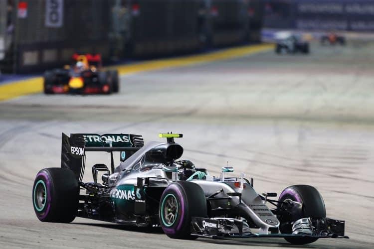 Nico-Rosberg-leads-Daniel-Ricciardo-Singapore-GP-F1-2016-Foto-F1fanatic-XPB