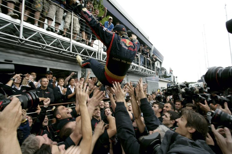 vettel-celebrates-his-first-victory-monza-f1-2008-toro-rosso-ferrari-foto-red-bull
