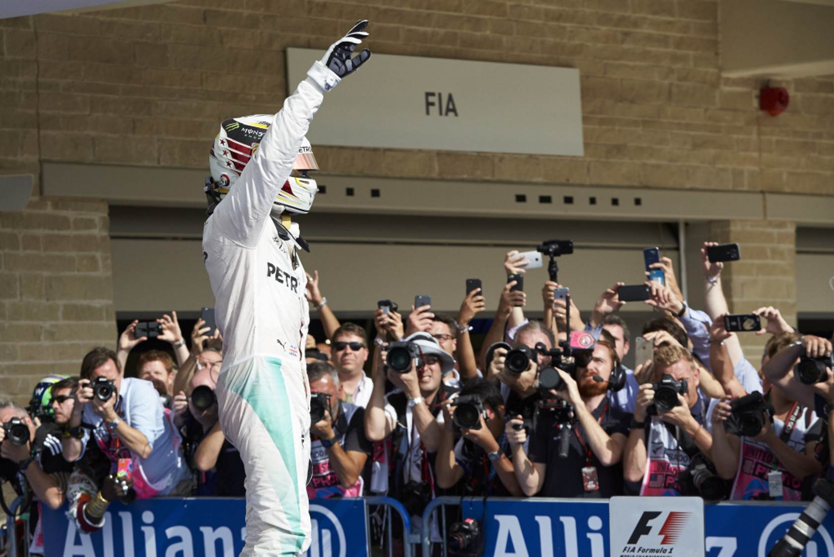 lewis-hamilton-mercedes-w07-hybrid-usa-gp-f1-2016-after-race-foto-daimler