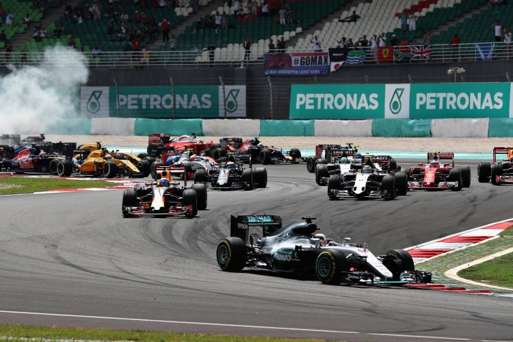 malaysian-gp-f1-2016-race-start-first-corners-foto-red-bull
