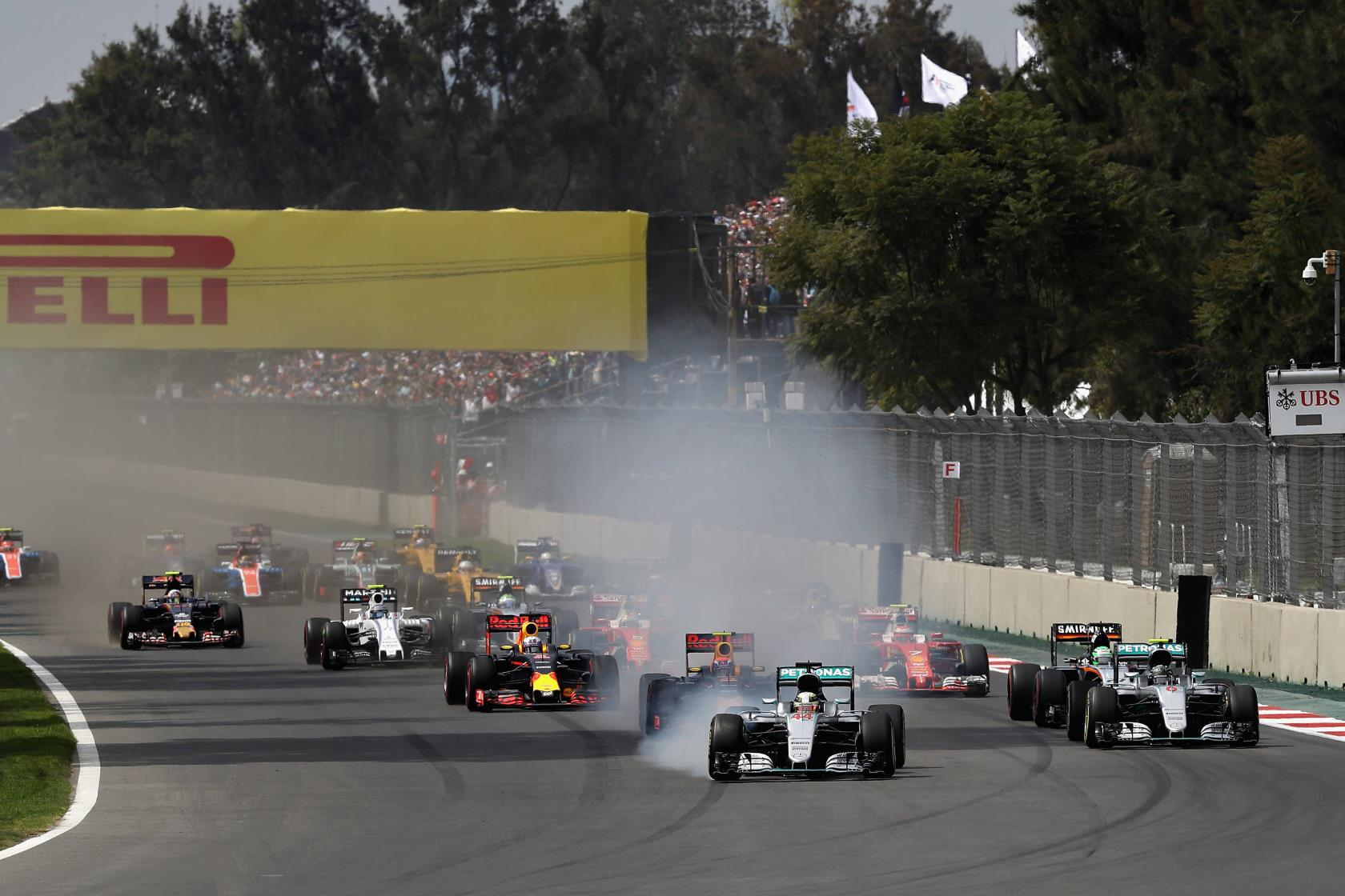 start-of-the-mexican-gp-f1-2016-foto-red-bull