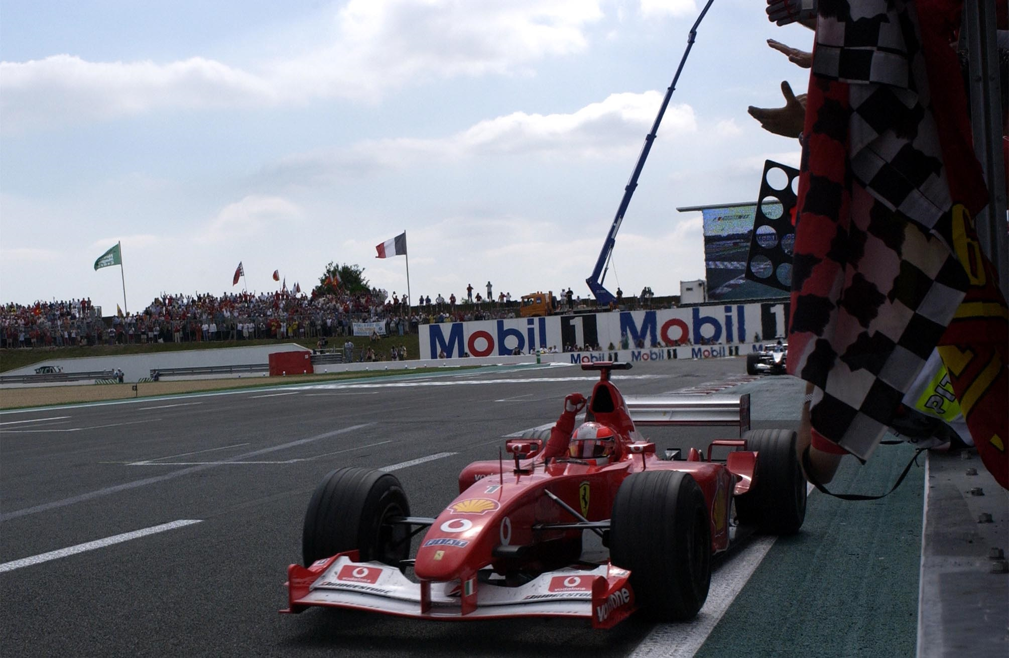 Michael Schumacher Ferrari F2002 France GP F1 2002 crosses the line Foto Ferrari