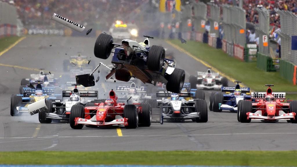 Start VN Australije 2002. Ralf Schumacher naletio je na stražnji kraj bolida Rubensa Barrichella i uzrokovao lančani sudar nakon kojeg je odustalo osam vozača. (3.3.2002.) Foto: f1fanatic