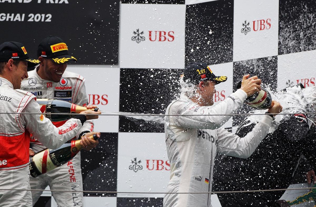 Nico Rosberg slavi prvu pobjedu u društvu McLarenovih vozača Hamiltona i Buttona i Mercedesovog Norberta Hauga (15.4.2012.) Foto: Daimler