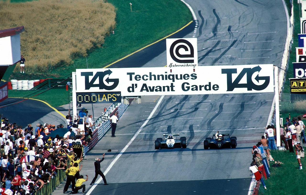 Elio de Angelis u Lotusu (desno) slavi tijesnu pobjedu nad Kekeom Rosbergom u Williamsu. Talijanova prednost ispred Finca bila je samo pet stotinki sekunde. (15.8.1982) Foto: F1 wikia
