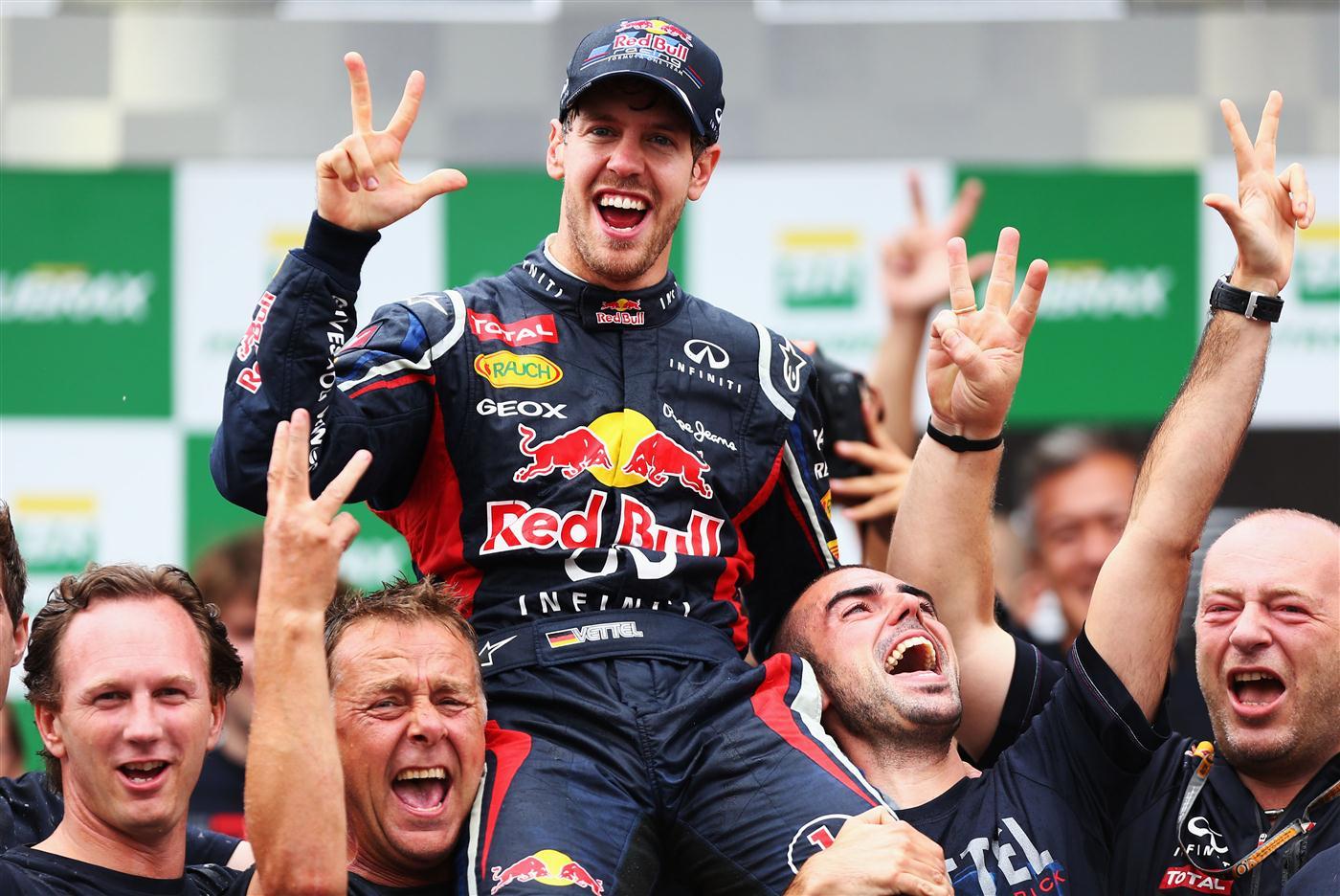 Sebastian Vettel slavi treći uzastopni naslov prvaka nakon posljednje utrke prvenstva 2012. u Brazilu. (25.11.2012.) Foto: Red Bull