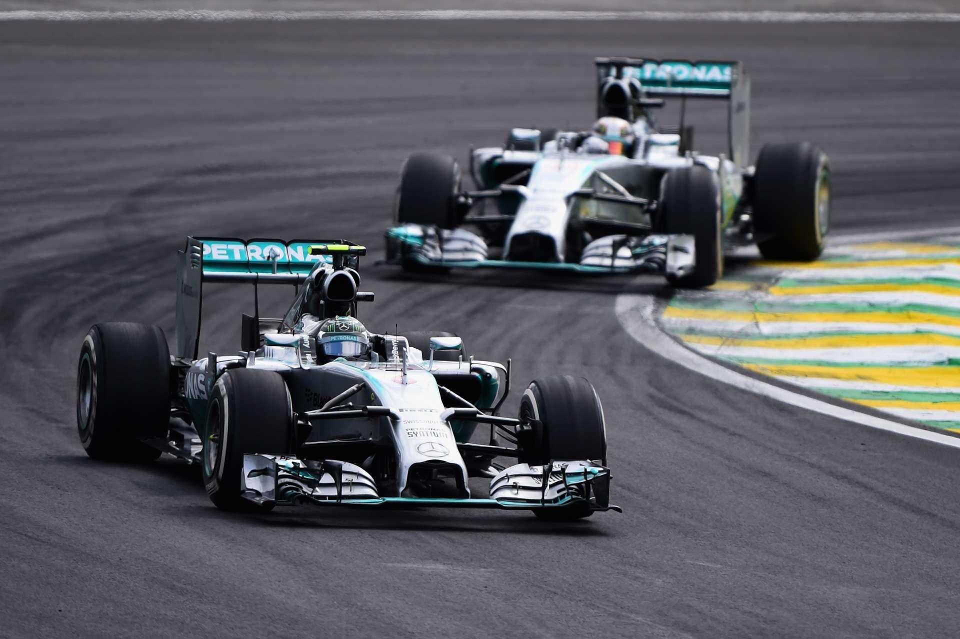 Nico Rosberg uspio je zadržati Lewisa Hamiltona iza sebe na VN Brazila 2014. nakon što je bio najbrži na svim treninzima i kvalifikacijama. Prvenstvo je tako ostalo otvoreno uoči posljednje utrke u Abu Dabiju. (9.11.2014.) Foto: Getty