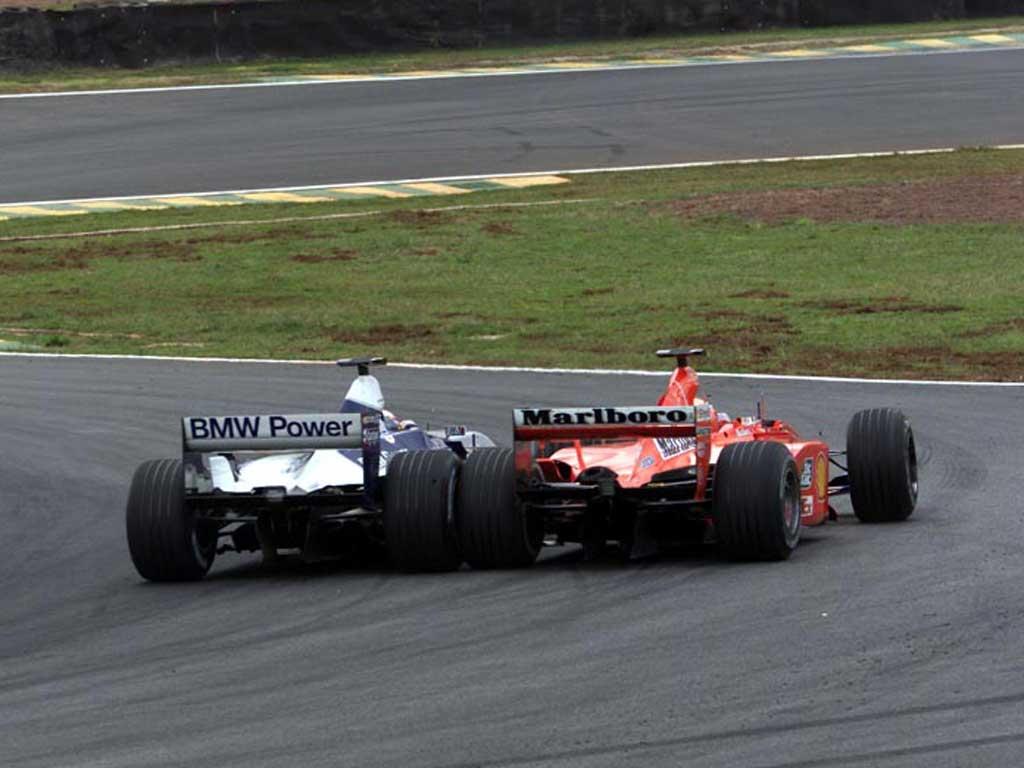 Juan Pablo Montoya u Williams BMW-u prestiže Michaela Schumachera u Ferrariju na kočenju u prvi zavoj. (1.4.2001.) Foto: f1fanatic