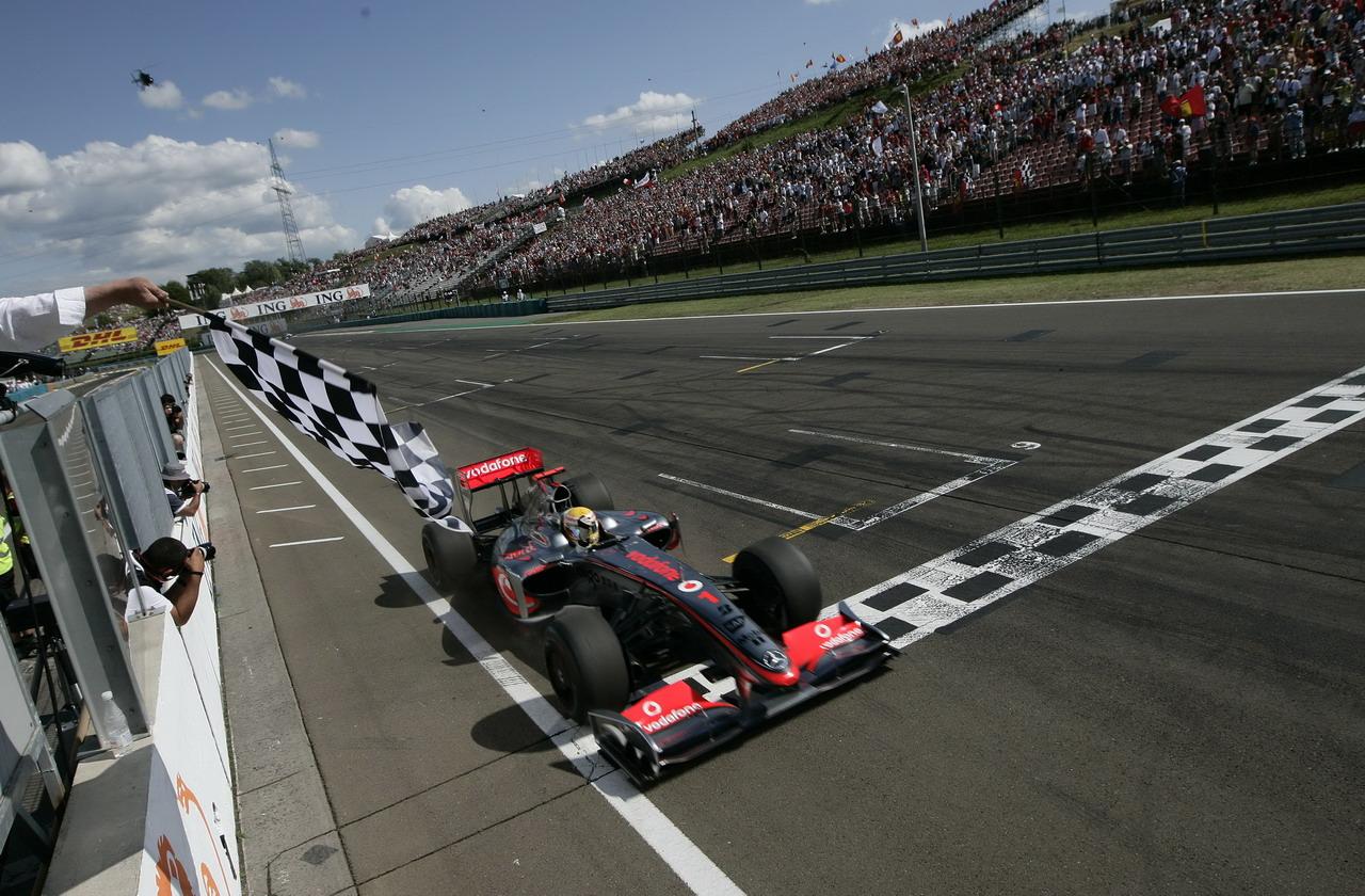 Lewis Hamilton je u Mađarskoj 2009. ostvario prvu pobjedu u sezoni i prvu pobjedu za bolid s hibridnim pogonom u povijesti Formule 1 (26.7.2009.) Foto: Mercedes