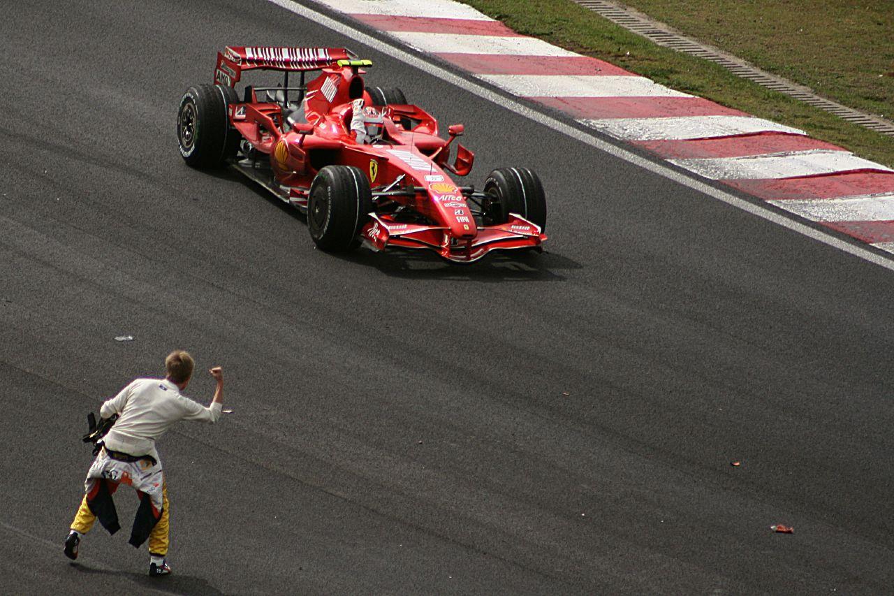 Kimi Raikkonen slavi svoj prvi i jedini naslov prvaka nakon pobjede na VN Brazila 2007. Sunarodnjak Heikki Kovalainen, koji je ranije odustao i gledao utrku pokraj staze, čestita mu na velikom uspjehu. (21.10.2007.) Foto: reddit