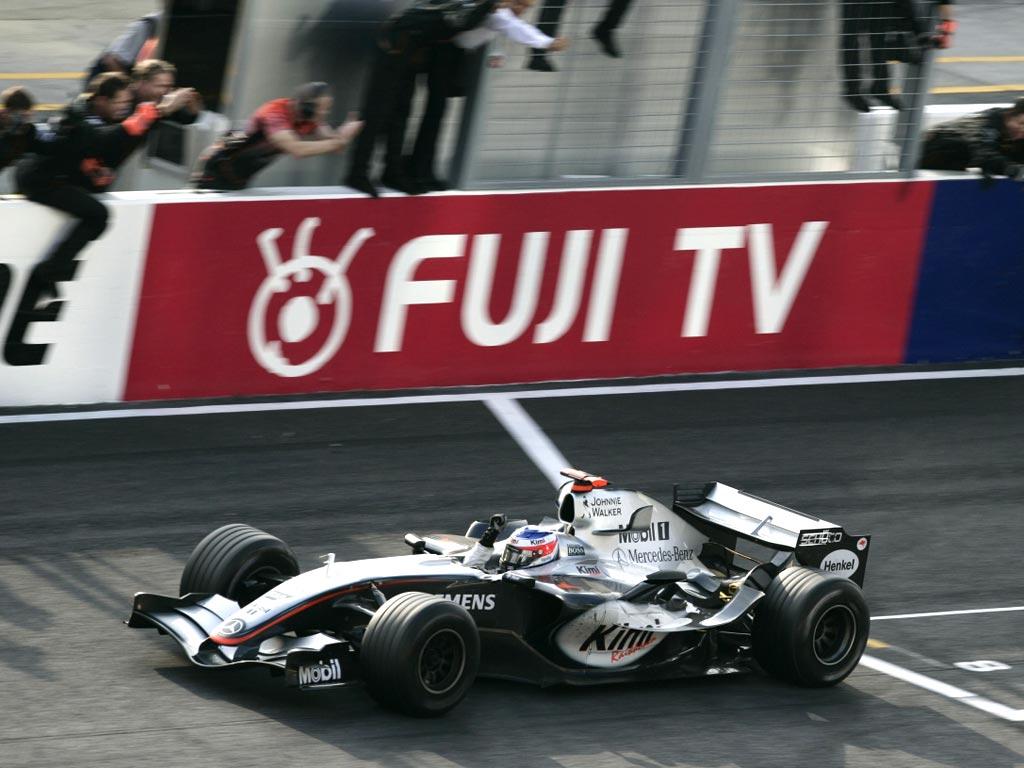 Kimi Raikkonen slavi fantastičnu pobjedu na VN Japana 2005. koju je ostvario sa 17. startnog mjesta. Giancarla Fisichellu je prestigao u posljednjem krugu. (9.10.2005.) Foto: McLaren