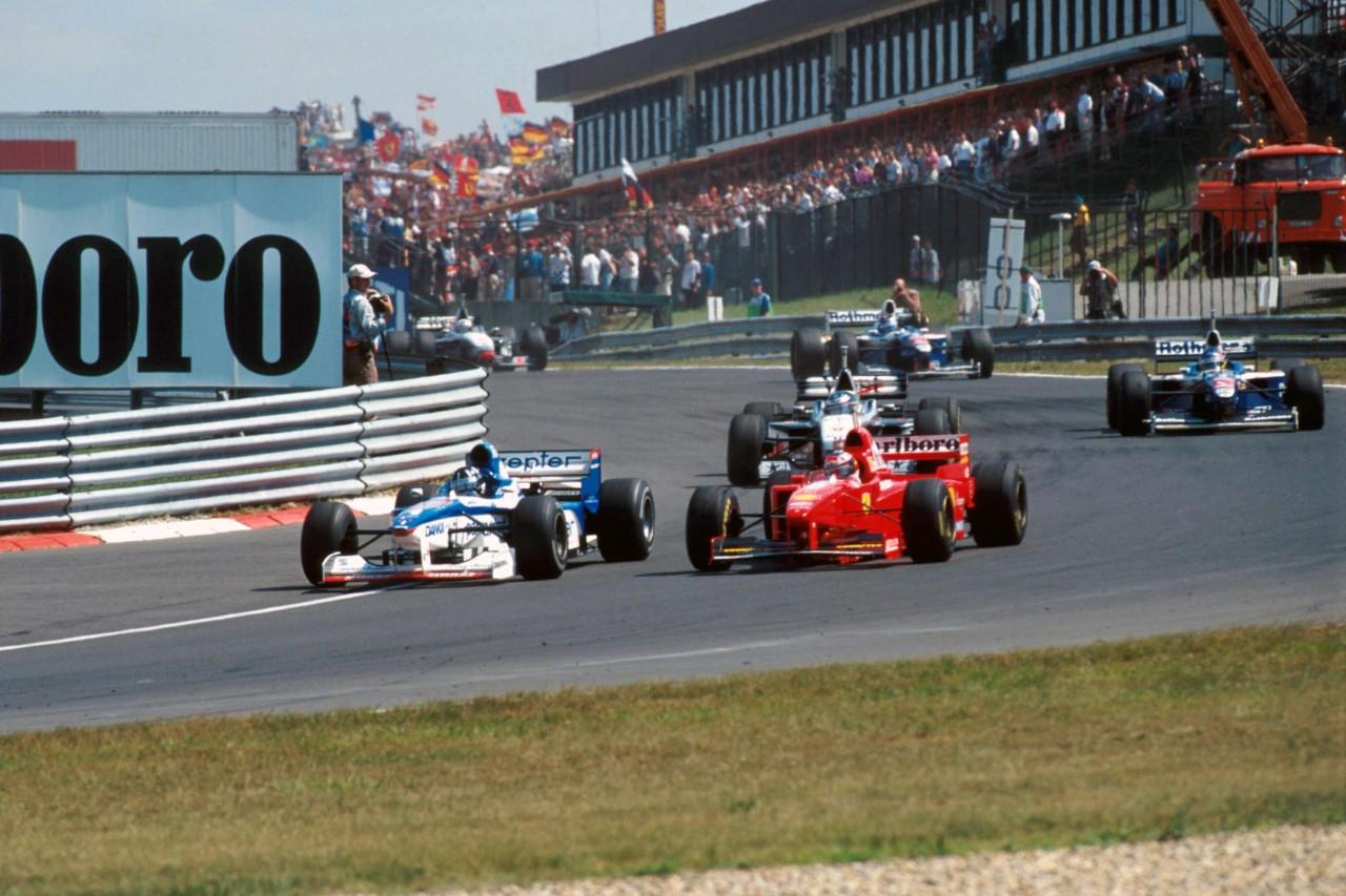 Damon Hill (Arrows Yamaha) prelazi u vodstvo ispred Michaela Schumachera (Ferrari). Hill je vodio do posljednjeg kruga utrke kada ga zbog kvara na hidraulici prestiže Villeneuve. (10.8.1997.) Foto: f1.com