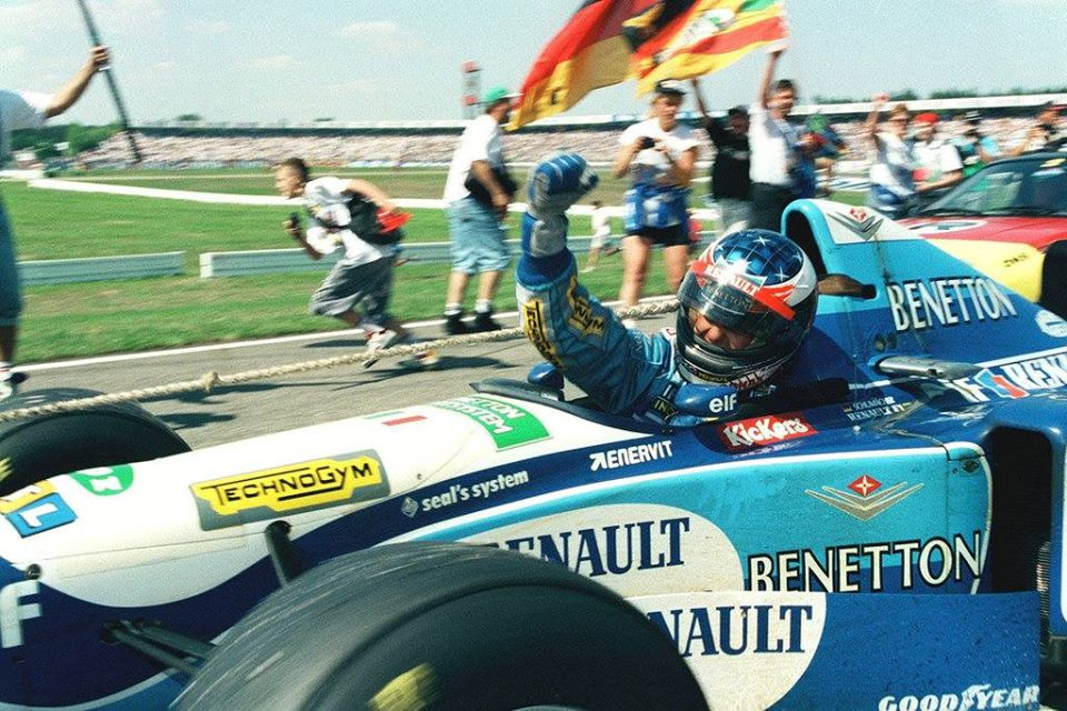 michael-schumacher-benetton-renault-b195-celebrates-victory-german-gp-hockenheim-f1-1995-foto-itsawheelthing