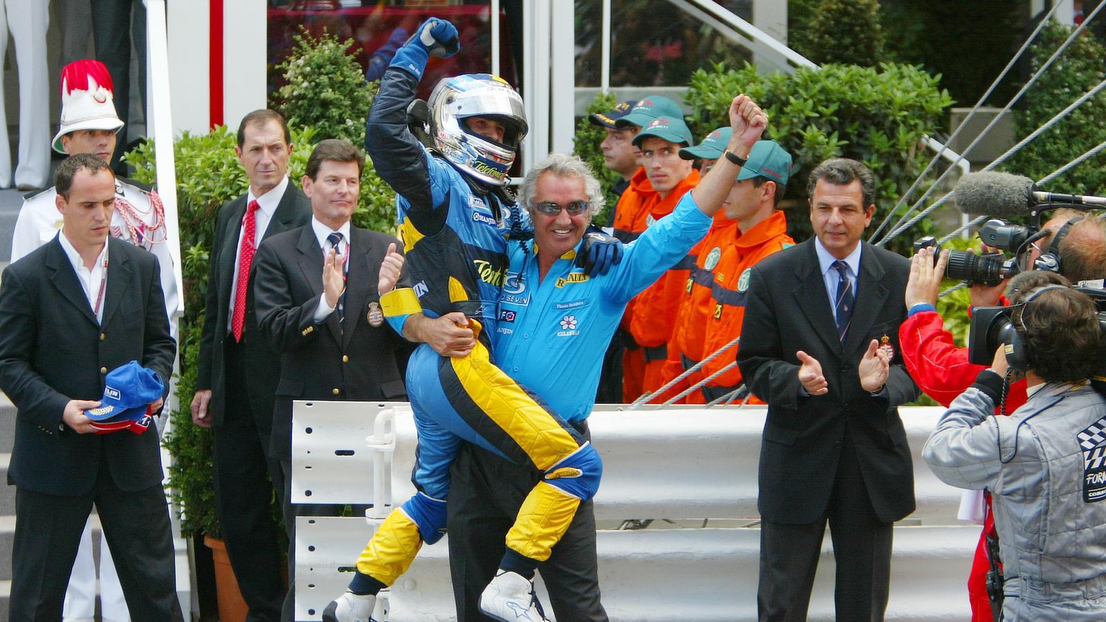 Jarno Trulli u društvu šefa momčadi Flavija Briatorea slavi svoju prvu i jedinu pobjedu u F1 karijeri (23.5.2004.) Foto: Eurosport