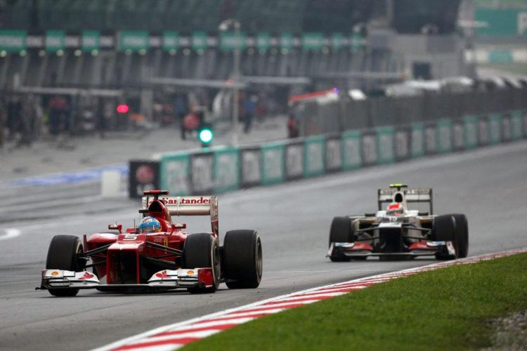 Sergio Perez u Sauberu C31 prati Fernanda Alonsa u Ferrariju na putu prema drugom mjestu na VN Malezije 2012. (25.3.2012.) Foto: f1-site