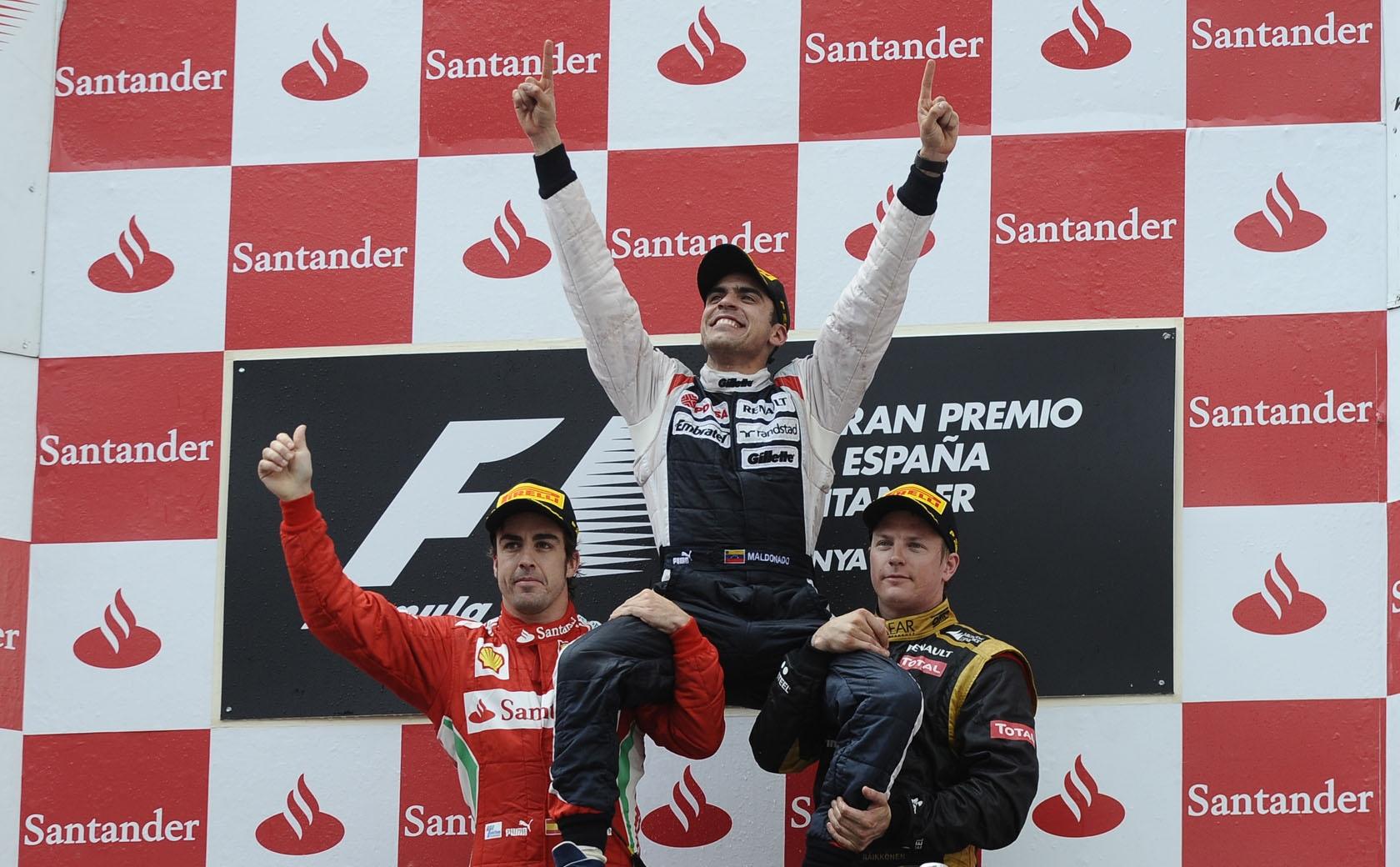 Maldonado u društvu svjetskih prvaka Alonsa i Raikkonena slavi svoju prvu i zasad jedinu pobjedu u Formuli 1 (13.5.2012.) Foto: Pirelli