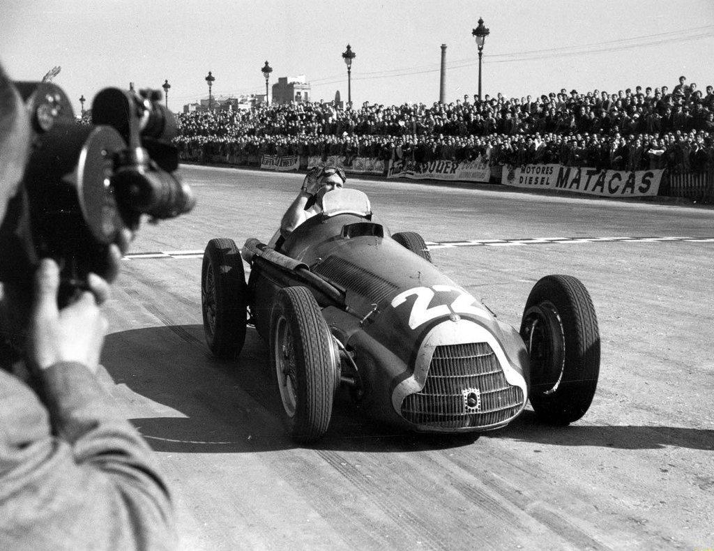 Juan Manuel Fangio u Alfa Romeu 159 pobjednik je prve F1 utrke Španjolskoj koja se održala na stazi Pedralbes. (28.10.1951.) Foto: f1history