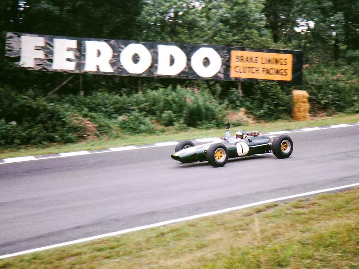 Jim Clark u Lotusu 25 slavi treću uzastopnu pobjedu na VN Velike Britanije i prvu na stazi Brands Hatch. (11.7.1964.) Foto: Brian Watson