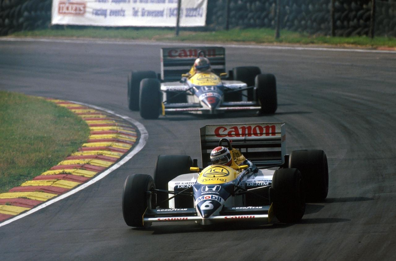 Nelson Piquet i Nigel Mansell u Williams Hondama na posljednoj F1 utrci na Brands Hatchu. Na slici je Brazilac ispred Britanca, ali je Mansell utrku završio ispred svog momčadskog kolege. Trećeplasirani Alain Prost kasnio je čitav krug. (13.7.1986.) Foto: pinterest