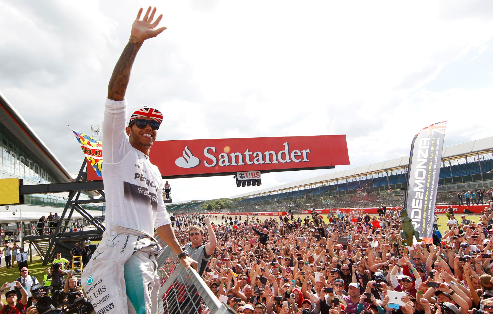 Lewis Hamilton pozdravlja oduševljenu publike nakon pobjede na Silverstoneu (6.7.2014.) Foto: Ausmotive