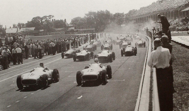 Start VN Velike Britanije 1955., prve održane na stazi Aintree. Slavio je Stirling Moss ispred Juan Manuela Fangija (oboje u Mercedesu). (16.7.1955.) Foto: www.liverpoolecho.co.uk