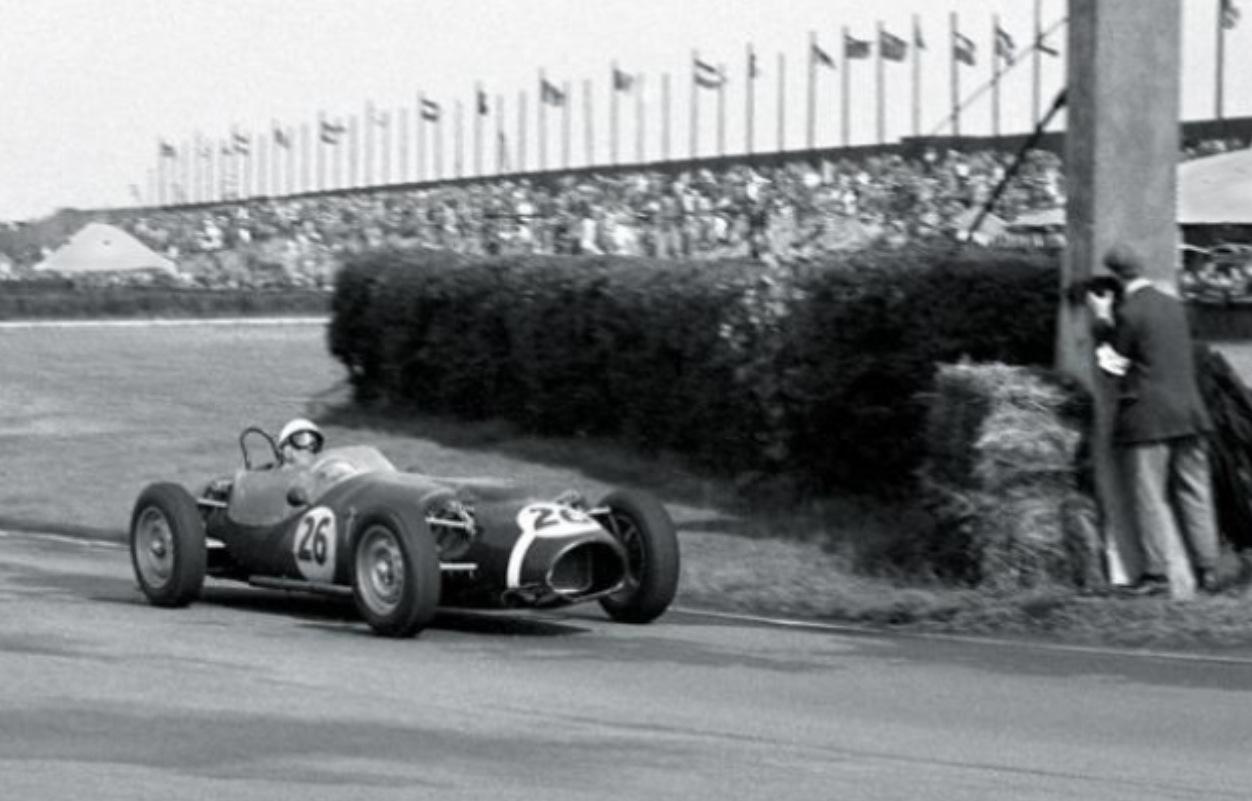 Stirling Moss juri u eksperimentalnom bolidu Ferguson P99 Climax na stazi Aintree. Bio je to prvi F1 bolid s pogonom na sva četiri kotača i posljednji s motorom sprijeda. (15.7.1961.) Foto: primotipo