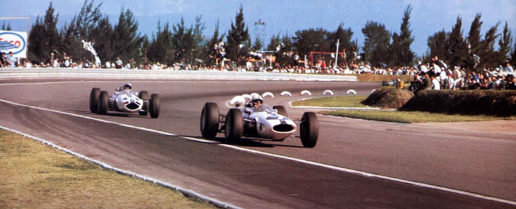 John Surtees i Lorenzo Bandini na VN Meksika 1964. Bandini je prepustio drugo mjesto Surteesu koji nakon toga osvaja naslov prvaka s bodom više od Grahama Hilla. (25.10.1964.) Foto: primotipo