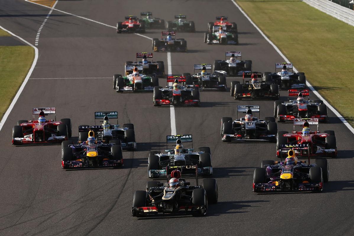 Romain Grosjean vodi na startu VN Japana 2013. nakon fantastičnog starta s 4. mjesta. Utrku je završio treći, iza dva Red Bulla. (13.10.2013.) Foto: Lotus