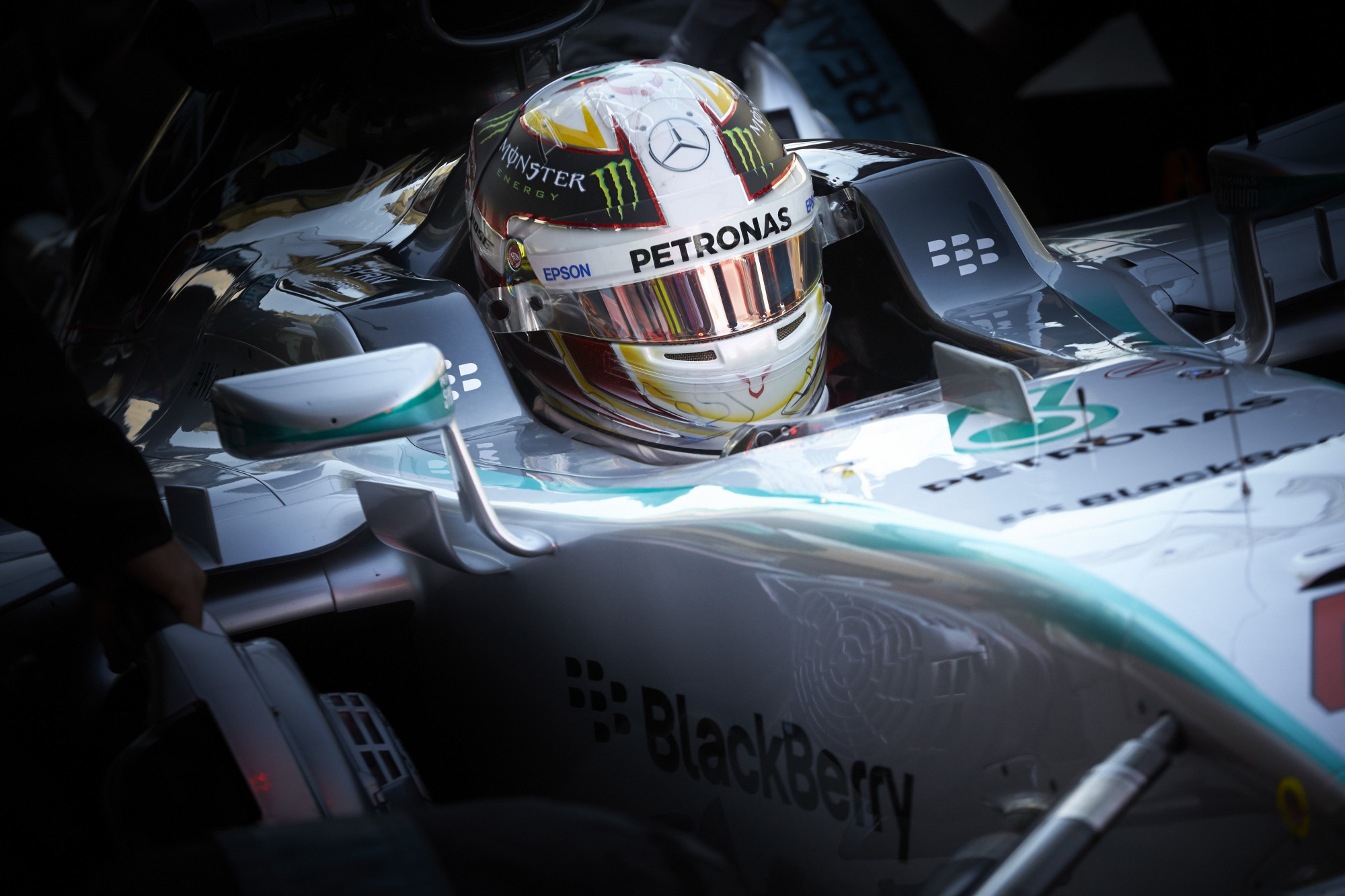 hamilton-mercedes-abu-dhabi-GP-F1-2015-garage-close