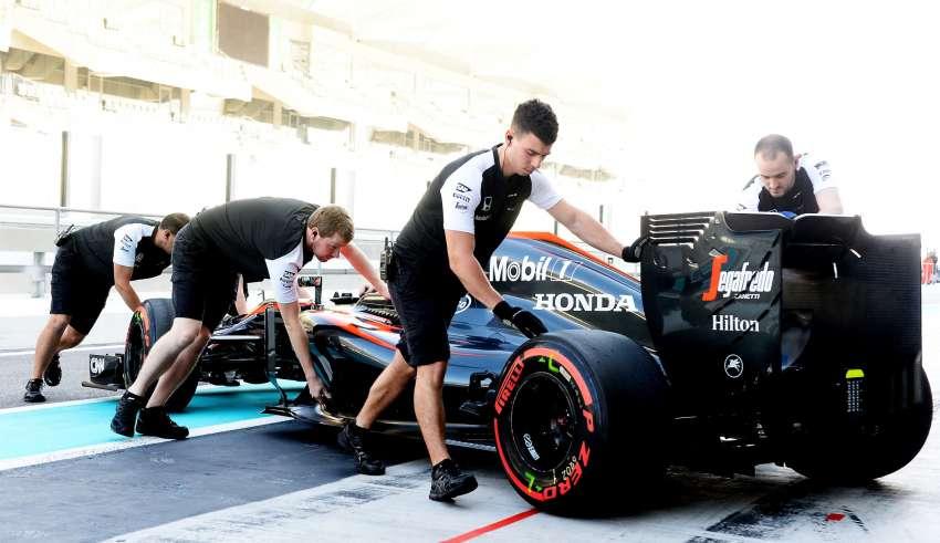 stoffel-vandoorne-mclaren-honda-mp4-30-abu-dhabi-f1-tyre-test-2015-super-soft-pirelli-pushed-to-garage