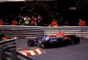 Olivier Panis (Gaulouses Blondes Ligier-Mugen Honda JS43) Eddie Irvine (Marlboro Ferrari F310) Loews, Monaco GP 1996 Foto - itsawheelthing