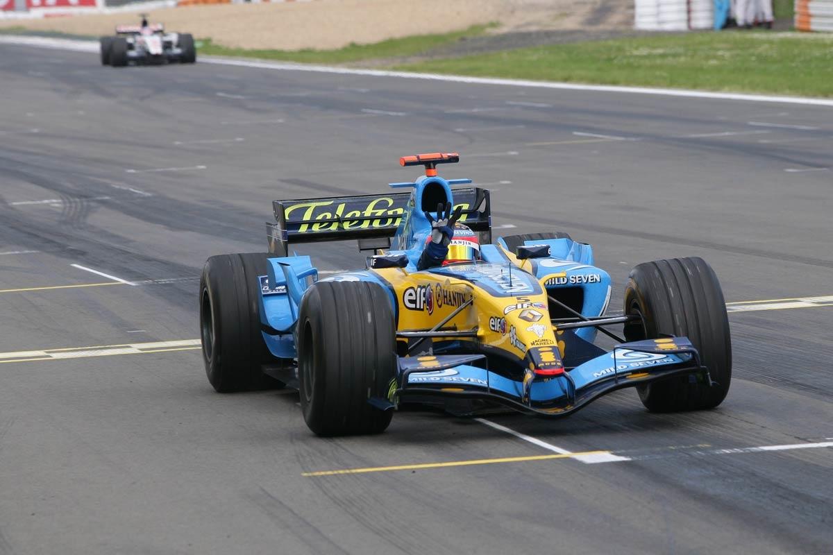 fernando-alonso-renault-r25-european-gp-nurburgring-f1-2005-victory-foto-lat