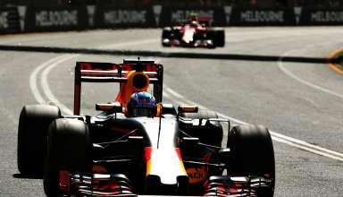 Daniel Ricciardo leads Kimi Raikkonen at the Australian GP F1 2016