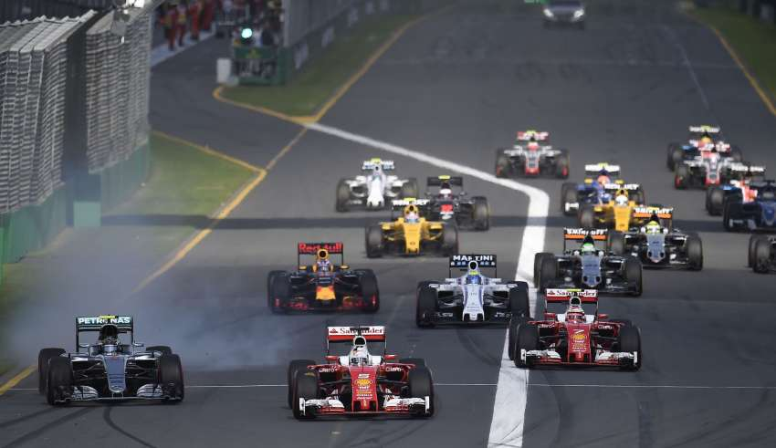 Start of the Australian GP Melbourne F1 2016 Sebastian Vettel leads Nico Rosberg Foto Mercedes