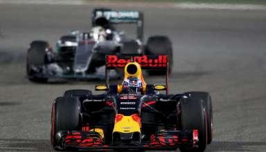 Daniel Ricciardo Red Bull RB12 leads Lewis Hamilton Mercedes W07 Hybrid Bahrain GP F1 2016