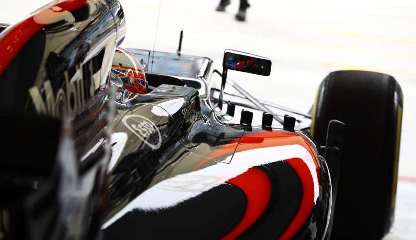 Jenson Button McLaren Honda MP4-31 Bahrain GP F1 2016 garage