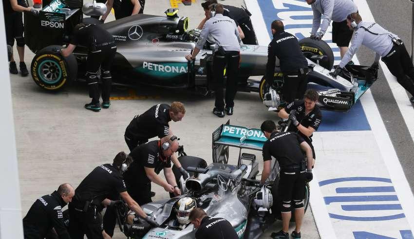 Lewis-Hamilton-and-Nico-Rosberg-Mercedes-W07-Hybrid-in-the-pitlane-Russia-GP-F1-2016-Foto-Mercedes