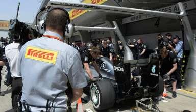 Mercedes-W07-Hybrid-China-GP-F1-2016-Pirelli-engineer-pitlane