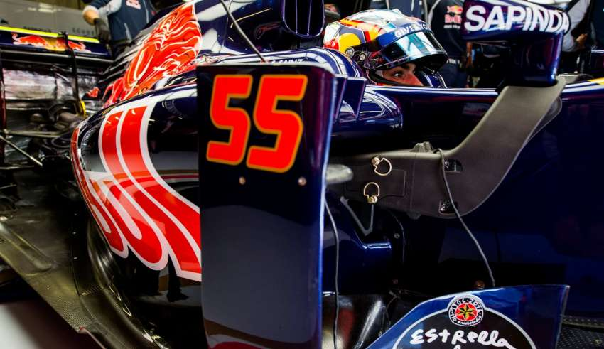 Carlos Sainz Toro Rosso Ferrari STR11 Spain GP F1 2016 in garage Foto Red Bull