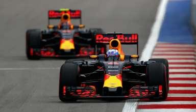 Daniel Ricciardo leads Daniil Kvyat Red Bull TAG Heuer RB12 Russia GP F1 2016 Foto Red Bull
