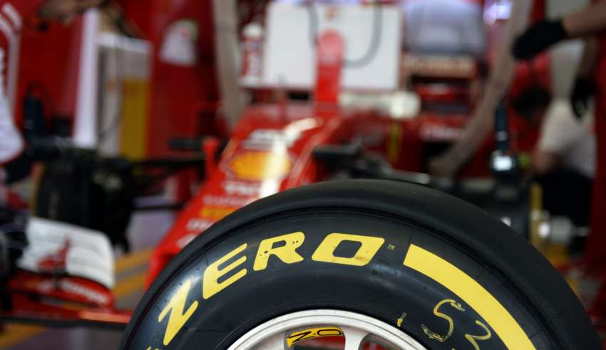 Ferrari-F1-Russia-GP-Sochi-F1-2016-Pirelli-soft-tyre-garage Foto Pirelli