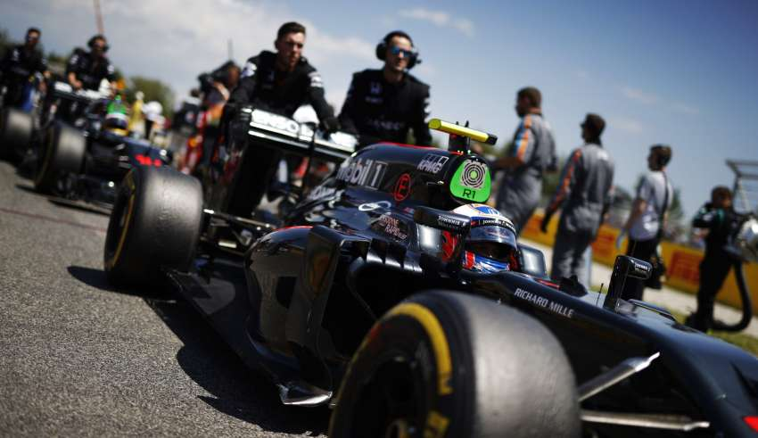 Jenson Button McLaren Honda MP4-31 Spain GP Barcelona pushed on the grid F1 2016 Foto McLaren