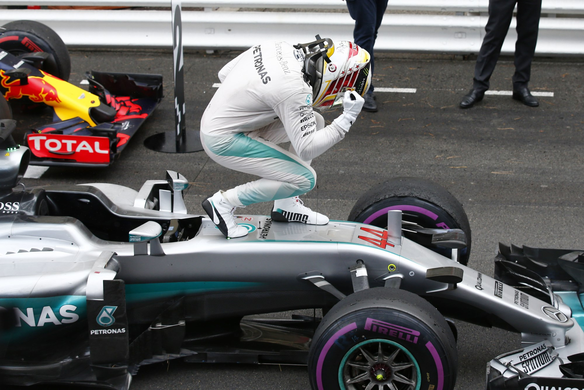 Lewis Hamilton Mercedes W07 Hybrid Monaco GP F1 2016 after race celebration Foto Daimler